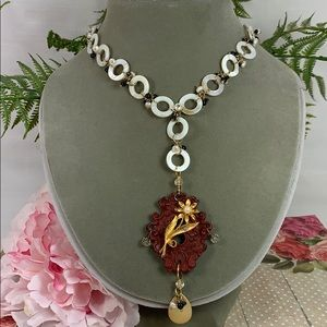 ✨Adorned Crown Red keyhole shell flower necklace